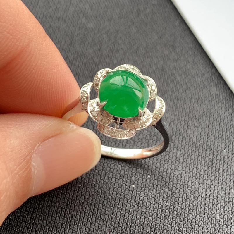 阳绿18K金镶嵌蛋面戒指,种好,玉质细腻,色彩迷人,水头饱满,形体漂亮,有种有色,水润精致,上手效果