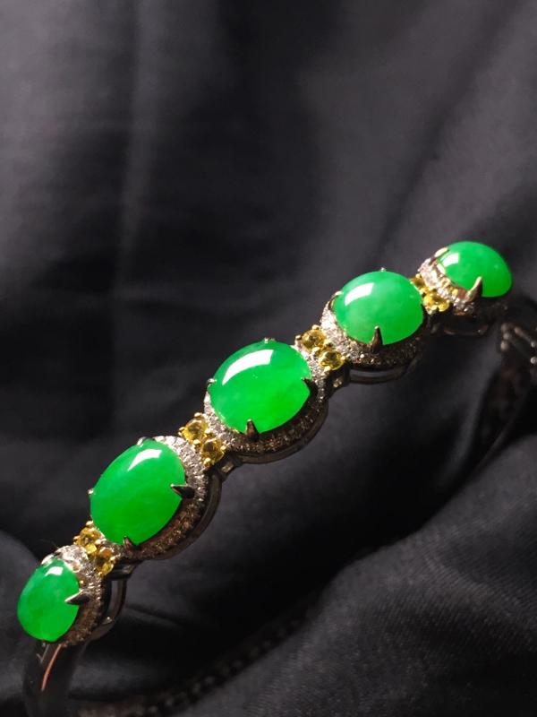 阳绿蛋面手环,18k真金真钻镶嵌,完美,种水超好,玉质细腻。