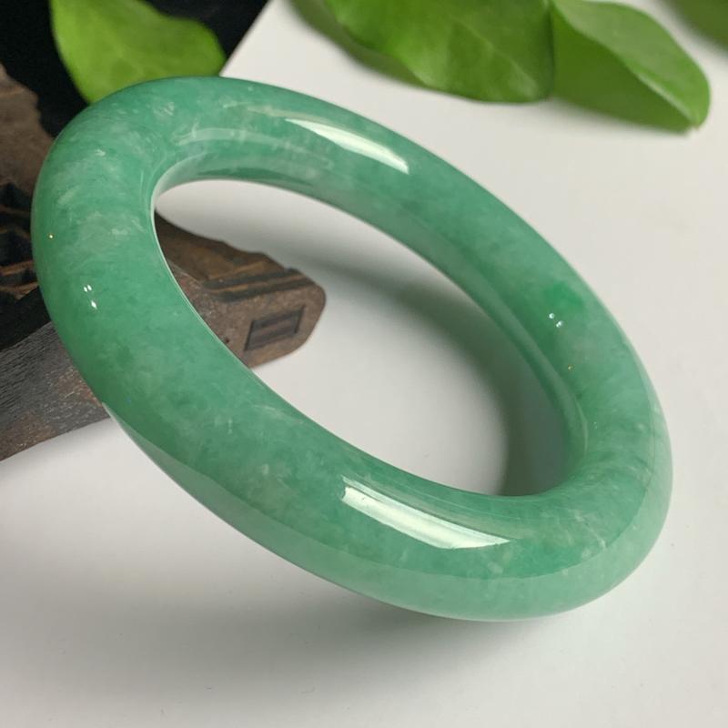 天然A货翡翠_满绿翡翠圆条手镯57.3mm,料子细腻,色彩迷人,水润秀气,条形肥美圆润,上手效果好
