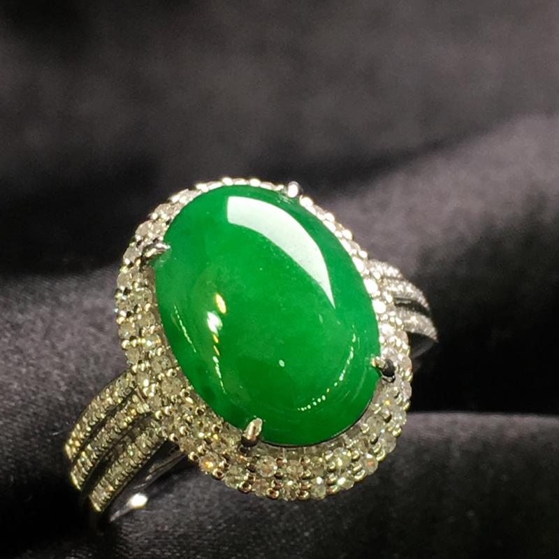 天然翡翠A货,18K金伴钻镶嵌,满绿蛋面戒指,色泽鲜艳,料子细腻,款式简单时尚,性价比高,实物美
