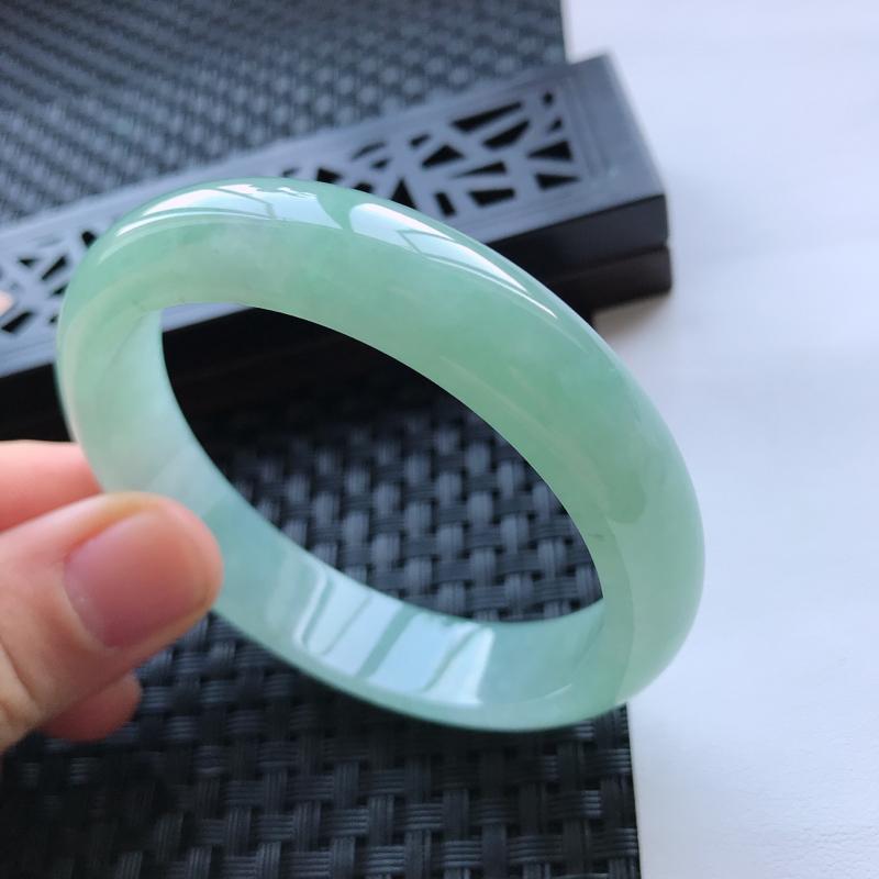 天然翡翠A货糯化种水润浅绿正圈手镯,尺寸56.1-12.7-7.7mm,玉质细腻