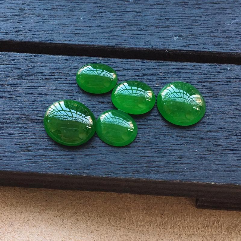 自然光实拍,缅甸a货翡翠,满绿蛋面,种好细腻,颜色浓郁,玉质莹润,镶嵌效果好6*5*2.5mm