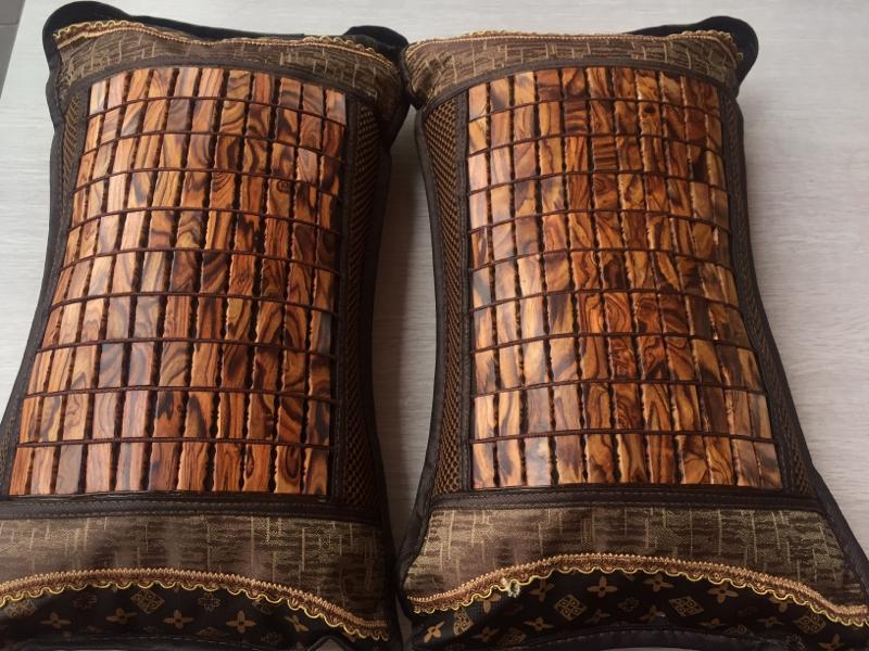 海南黄花梨紫油梨一对枕头 海南黄花梨紫油梨枕头,尺寸48X30里面是刨花做的,水波纹,纹理清晰,材质