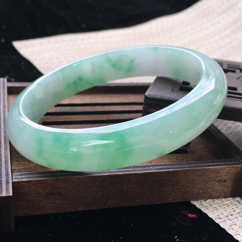 圈口:64-65,天然翡翠A货—飘绿莹润正圈手镯,尺寸:64.5/13.7/8.2,完美