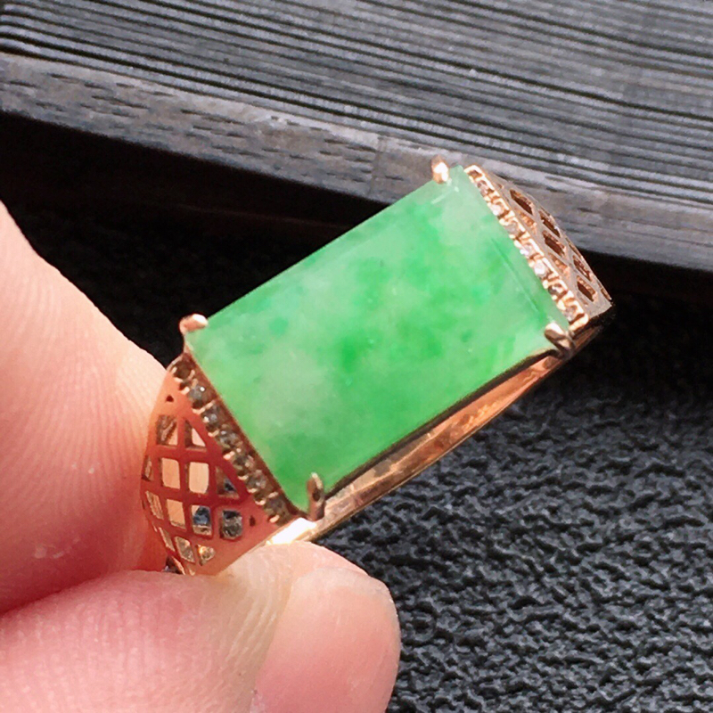 精品翡翠18K镶嵌伴钻戒指,雕工精美,玉质莹润,尺寸:内径:17.4MM,裸石尺寸:6.8*11.2