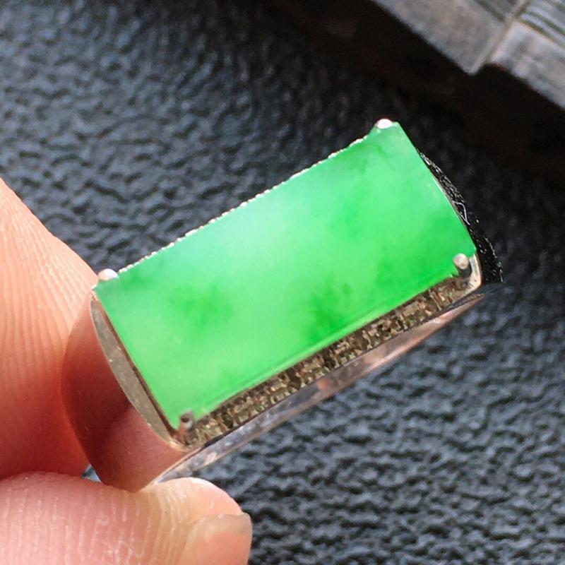 精品翡翠18K镶嵌伴钻戒指,雕工精美,玉质莹润,尺寸:内径:17.3MM,裸石尺寸:6*13.1*2