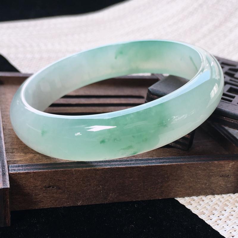 圈口:59-60,天然翡翠A货—飘绿莹润透光正圈手镯,尺寸:59.6/14.3/7.2,