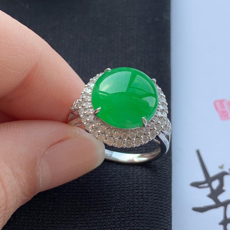 阳绿18K金镶嵌蛋面戒指,种好,玉质细腻,色彩迷人,水头饱满,有种有色,水润精致,上手效果极佳,尺寸