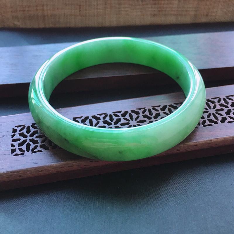糯种飘绿正圈手镯,圈口:51.5mm  尺寸:11.5×6mm,天然翡翠A货玉质细腻精雕细雕手镯,