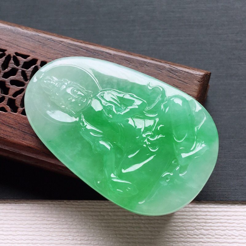 【冰糯种飘绿自在观音吊坠,   料子细腻,雕工精美,颜色漂亮,  尺寸:43.3×27×6mm】图5