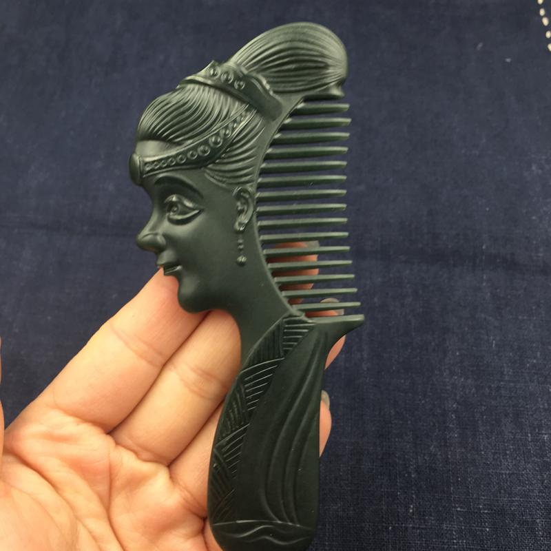和田玉塔青玉梳子,一梳百顺,料子细腻光滑,雕刻精美大气,非常具有实用性哦 尺寸: 150*53*7