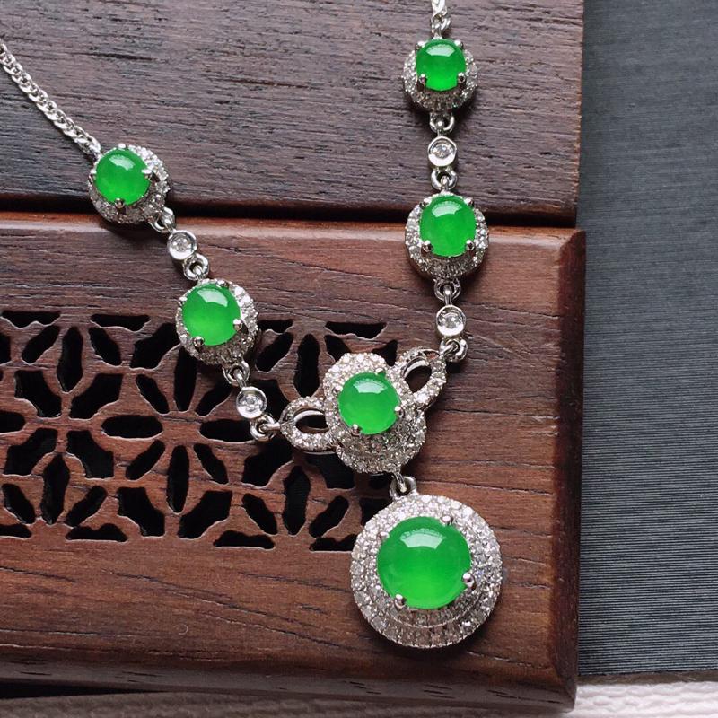 18k金镶嵌围钻冰糯种阳绿蛋形锁骨项链,   料子细腻,雕工精美,颜色漂亮,  含金尺寸:18×8.