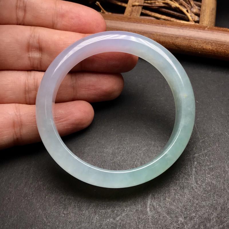 强烈推荐,冰种紫罗兰带淡绿色手镯,老种料子,底子油润细腻,冰透纯净,美感十足。上手效果极佳,飘了一点淡黄翡,更添特色。这样好种水的紫镯不多见,推荐入手。圈口:55.4,尺寸:13.6*7mm。
