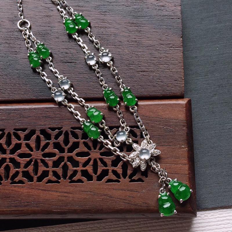 18k金镶嵌伴钻冰糯种满绿葫芦锁骨项链,   料子细腻,雕工精美,颜色漂亮,  裸石尺寸:5×4×2