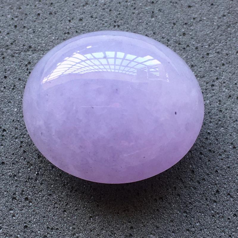 自然光实拍,缅甸a货翡翠,紫罗兰蛋面,饱满种好水润,玉质细腻,雕工精细,品相佳,镶嵌佳品,