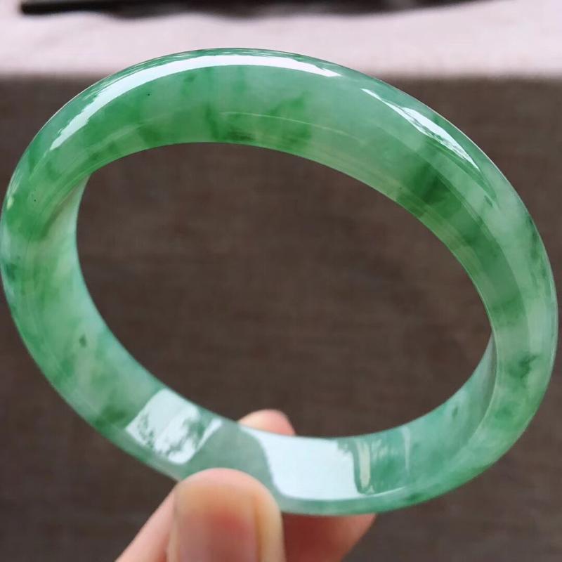 细腻飘绿大圈口宽边正装62-63圈口手镯,完美无纹裂,尺寸62.6*14*7.5mm