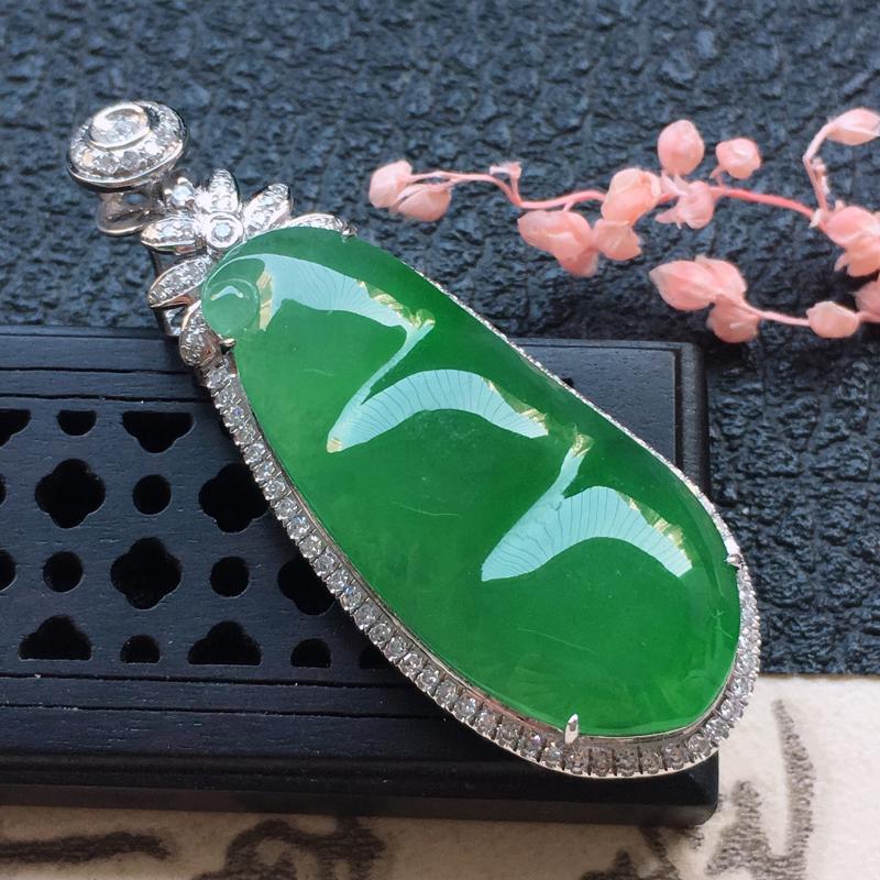 缅甸翡翠18K金伴钻镶嵌满绿发财豆吊坠,颜色好,玉质细腻,雕工精美,佩戴送礼佳品,包金尺寸: 43.