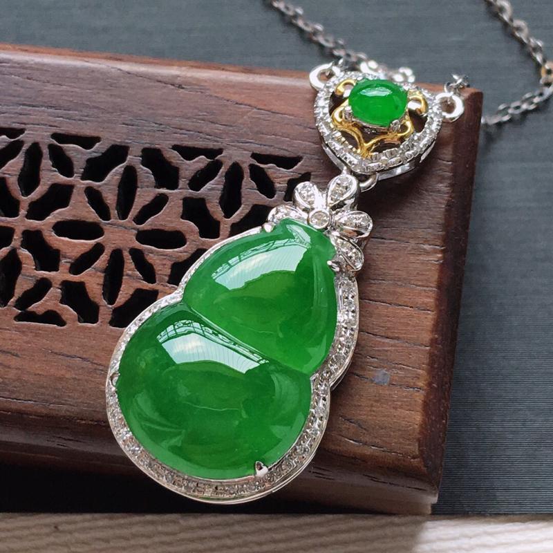 18k金镶嵌围钻冰糯种满绿葫芦锁骨项链,   料子细腻,雕工精美,颜色漂亮,  含金尺寸:33×15