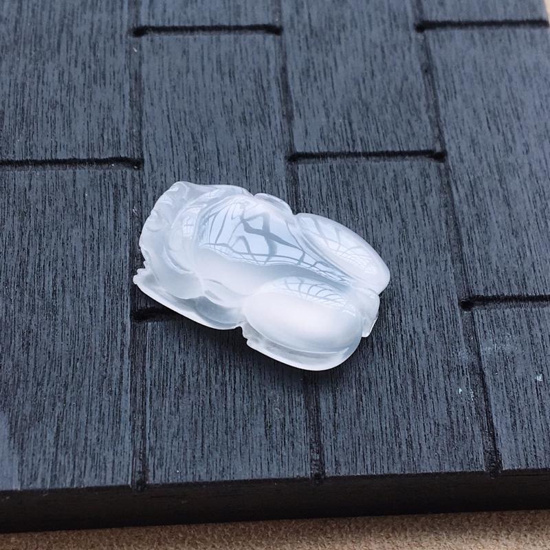 自然光实拍,缅甸a货翡翠,白冰貔貅,种好通透,底子纯净,精致迷人,镶嵌效果好