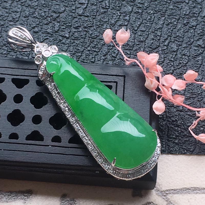 缅甸翡翠18K金伴钻镶嵌满绿发财豆吊坠,颜色好,玉质细腻,雕工精美,佩戴送礼佳品,包金尺寸:39.3