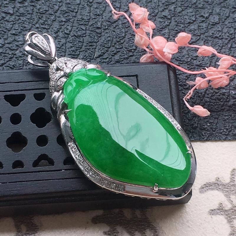 缅甸翡翠18K金伴钻镶嵌满绿福瓜吊坠,颜色好,玉质细腻,雕工精美,佩戴送礼佳品,包金尺寸: 36.6