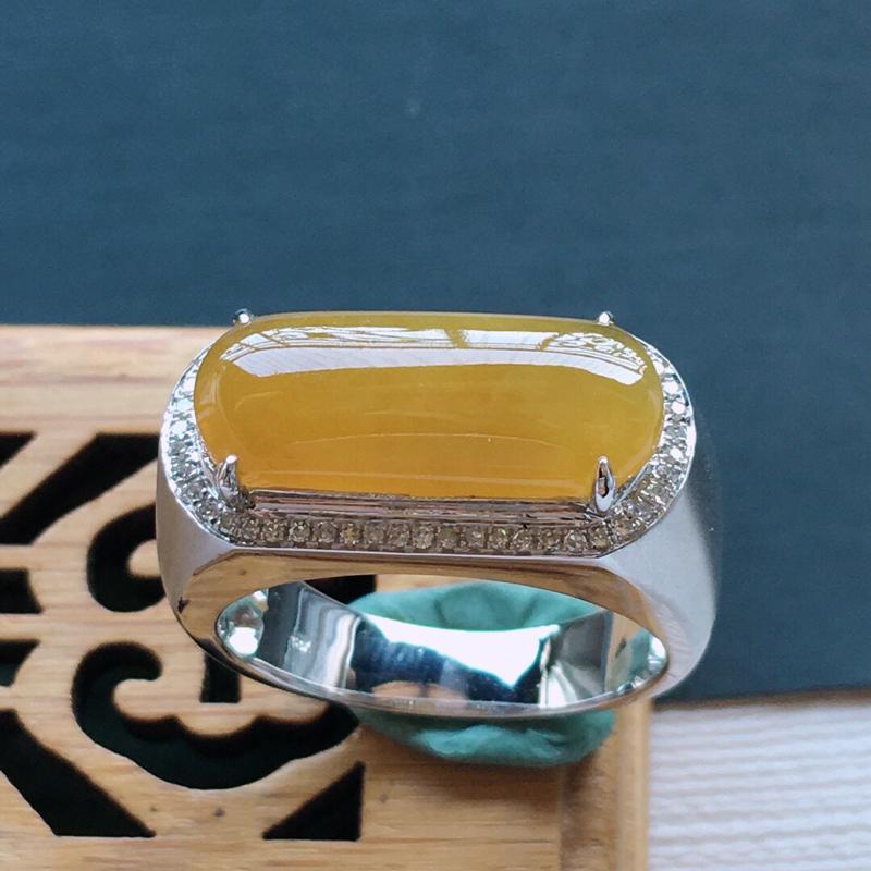 18k金镶嵌围钻黄翡马鞍戒指, 料子细腻,雕工精美,颜色漂亮,     含金尺寸:22×10.5×7