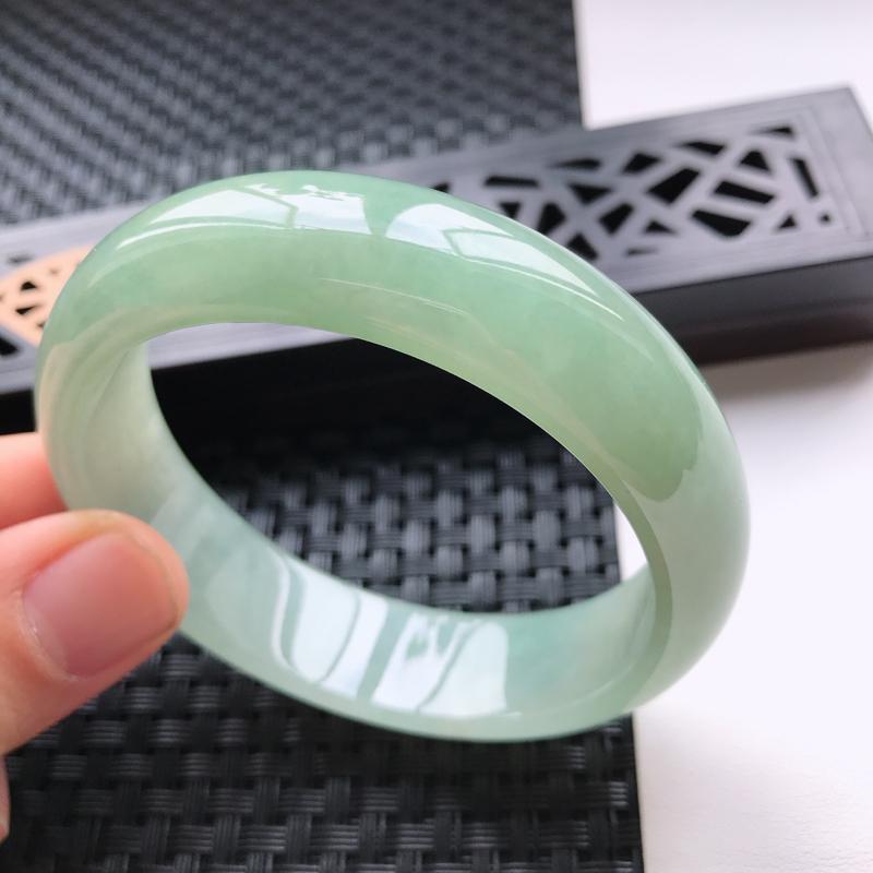 天然翡翠A货细糯种水润浅绿种水正圈手镯,尺寸58.7-16.2-7.8mm,有细纹 玉质细腻,种水好,胶感十足,底色好,上手效果漂亮