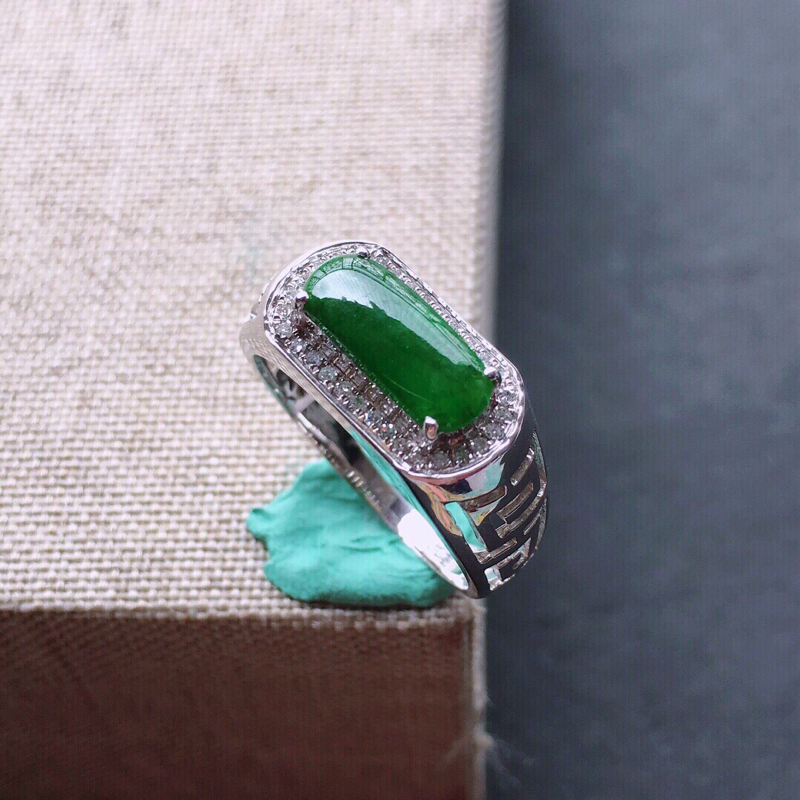 【18k金伴钻镶嵌满绿马鞍戒指,料子细腻,雕工精美,颜色漂亮,裸石尺寸:10.5×4×1.5mm  圈口16.5mm】图2