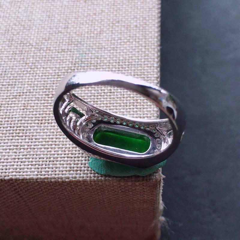 【18k金伴钻镶嵌满绿马鞍戒指,料子细腻,雕工精美,颜色漂亮,裸石尺寸:10.5×4×1.5mm  圈口16.5mm】图7