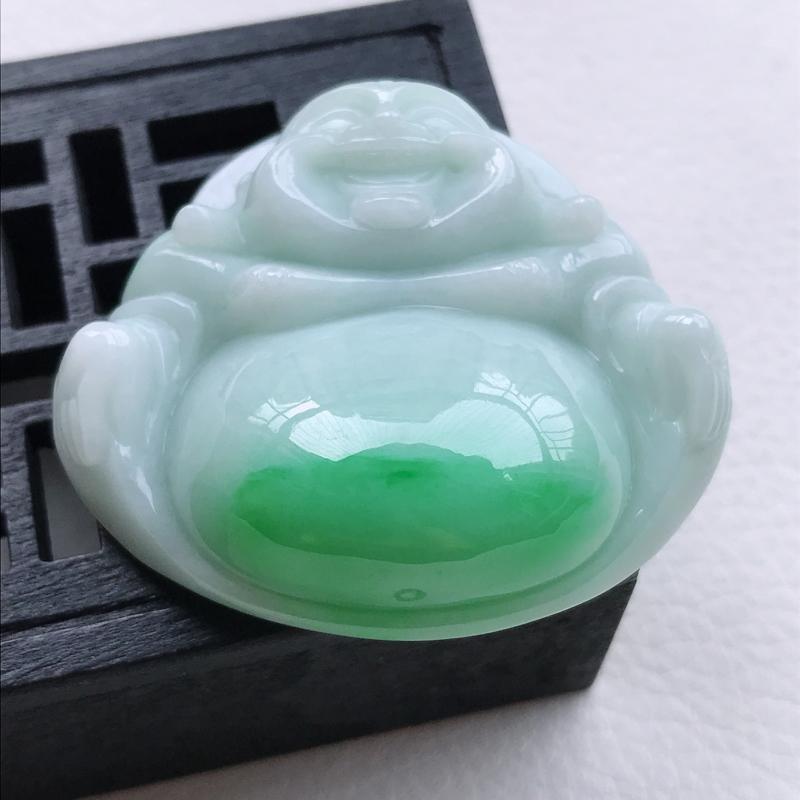 糯化种飘阳绿佛公吊坠,尺寸37.6/42.6/13.9,雕工精细 玉质细腻水润,底色漂亮,种水好