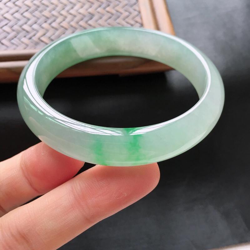 冰糯种飘阳绿正圈手镯,圈口:55.3mm  尺寸:12×6.5mm,  天然翡翠A货玉质细腻精雕细雕