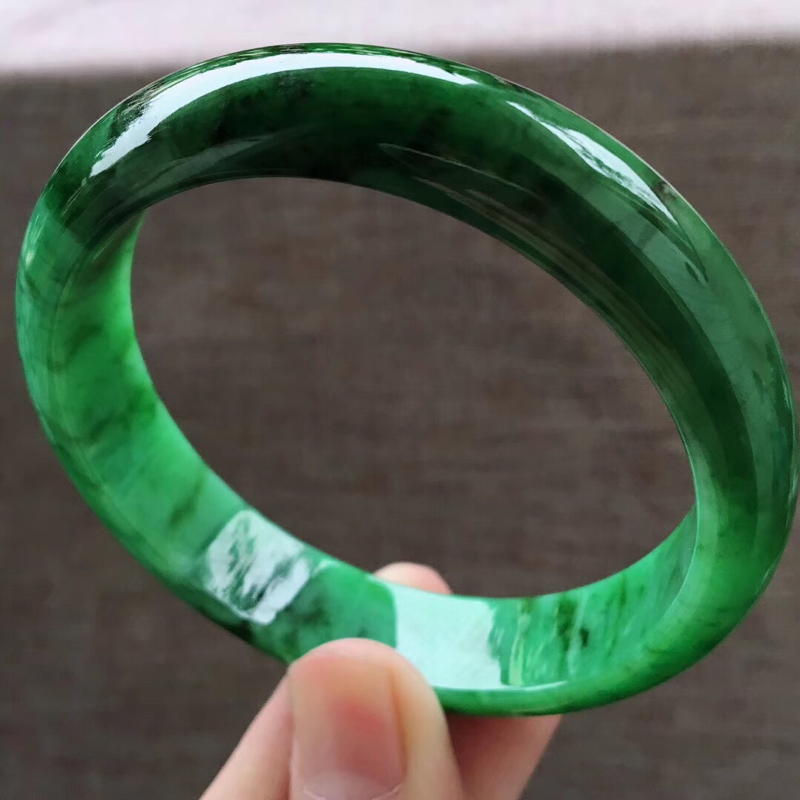 细腻辣绿大圈口宽边正装62-63圈口手镯,完美无纹裂,尺寸62.5*14.8*7.6mm