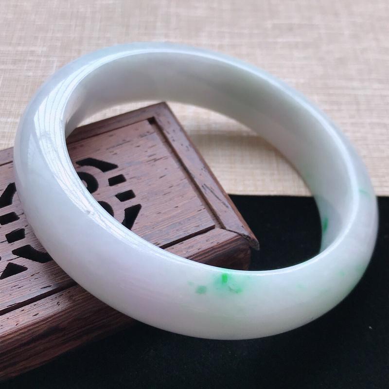 正圈:58.5。天然翡翠A货。老坑糯种飘绿手镯。玉质莹润,佩戴清秀优雅。尺寸:58.5*15*8.5