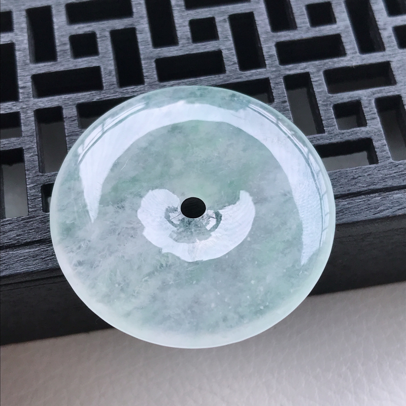 冰种平安扣吊坠,尺寸34.1/5,雕工精细 玉质细腻水润,底色漂亮,种水好