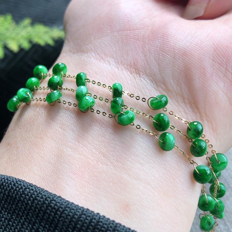 18K金镶嵌辣绿女款手链,颜色好、色泽均匀,玉质细腻,清秀高雅,上手效果优雅高贵!