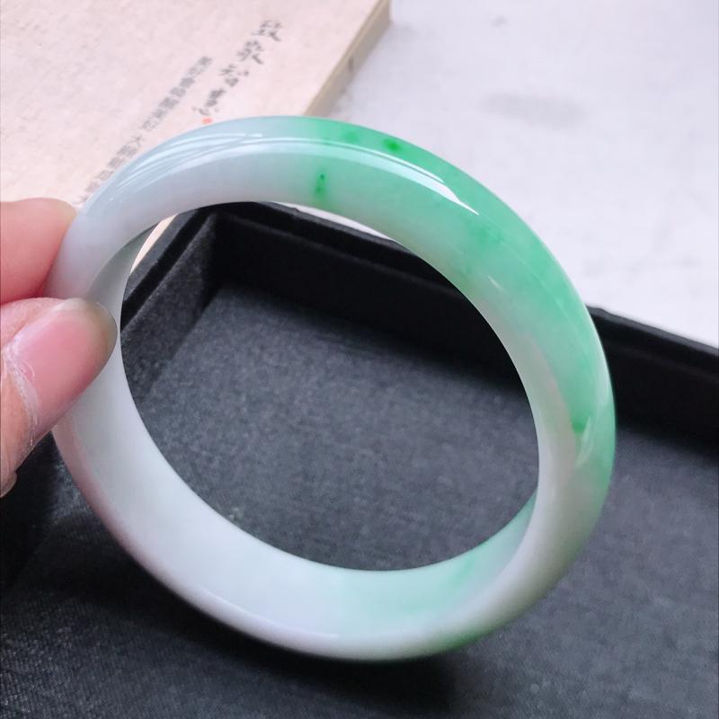 正圈61.8,缅甸天然翡翠好种手镯,尺寸 :61.8*14.4*8.3 ,玉质细腻水润 ,飘阳绿 ,