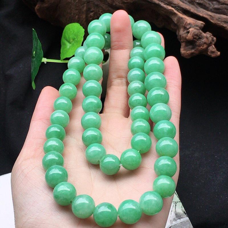 缅甸翡翠带绿圆珠项链,自然光实拍,颜色漂亮,玉质莹润,佩戴佳品,单颗尺寸大:12.2mm,单颗尺寸小