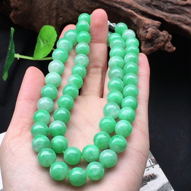 缅甸翡翠带绿圆珠项链,自然光实拍,颜色漂亮,玉质莹润,佩戴佳品,单颗尺寸大:10.5mm,单颗尺寸小