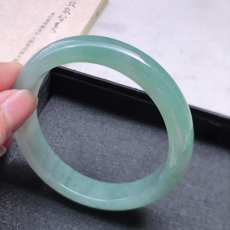 正圈64.3,缅甸天然翡翠好种手镯,尺寸 : 64.3*14*8.8,玉质细腻水润 , 晴绿,条形漂