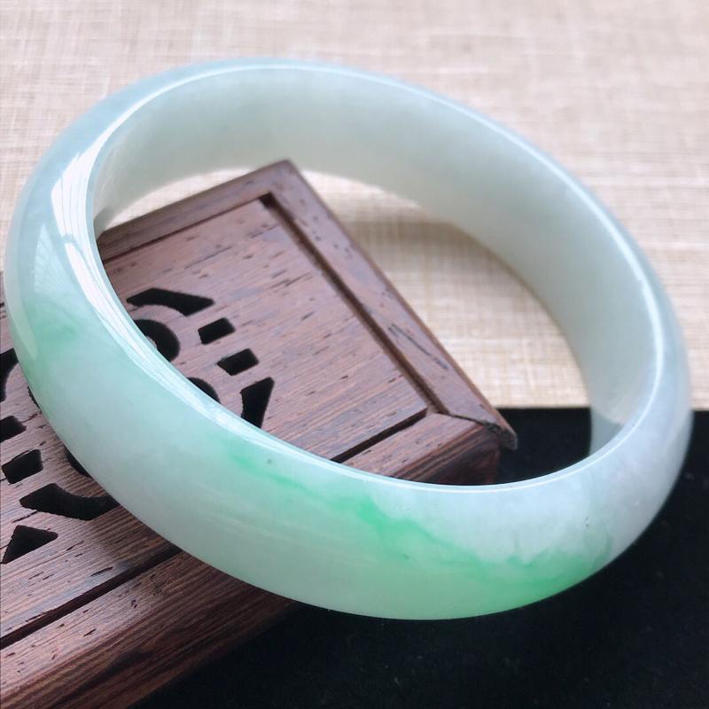 正圈:57。天然翡翠A货。老坑糯种飘绿手镯。玉质莹润,佩戴清秀优雅。尺寸:57*14.5*7mm