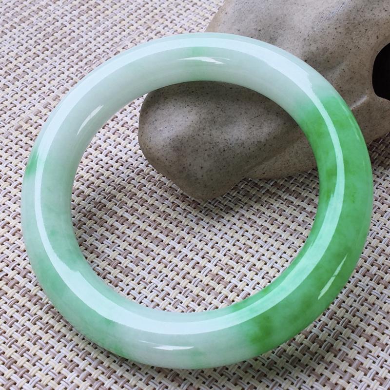 圆条56-57,天然翡翠手镯,老坑莹润,精美飘绿,质地细腻,圆条玉手镯,完美无纹裂,尺寸圈口56.3