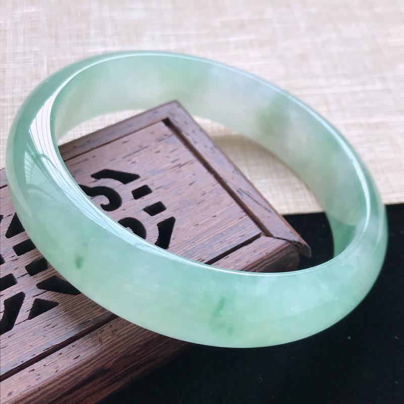 正圈:56.5。天然翡翠A货。老坑冰糯种飘绿手镯。玉质莹润,佩戴清秀优雅。尺寸:56.5*13.7*