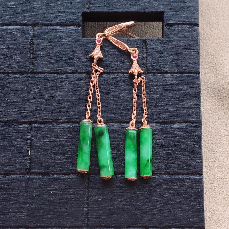 自然光实拍,缅甸a货翡翠,辣绿圆柱形18k伴钻耳坠,种好水润,颜色漂亮,玉质细腻,佩戴效果好,整体尺