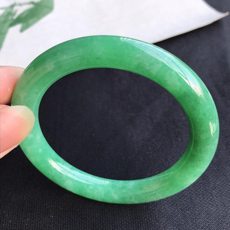 圈口55mm天然翡翠A货老坑糯种满绿圆条手镯,圈口:55×9.3mm,料子细腻,水头好,版型端庄