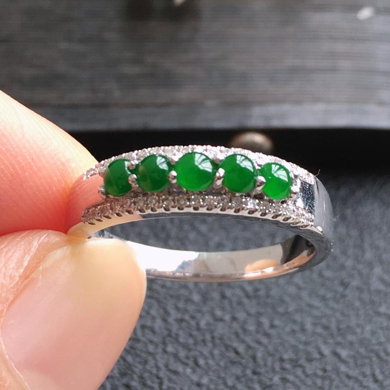 精品翡翠18K伴钻戒指,雕工精美,玉质莹润,尺寸:内径:16.5MM,玉:2.6*2.2*2MM,总