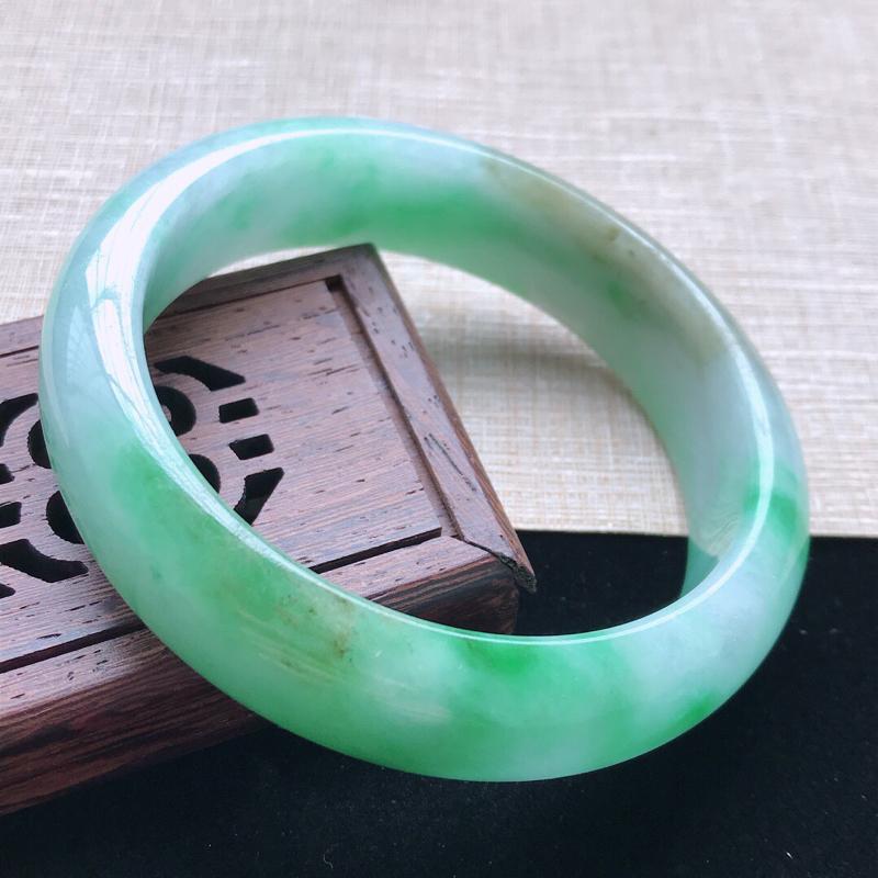 正圈:56.7。天然翡翠A货。老坑糯种黄带绿手镯。玉质莹润,佩戴奢华优雅。尺寸:56.7*15.5*