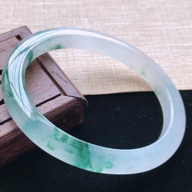 适合正圈:49圈口。天然翡翠A货。老坑冰种飘绿花贵妃手镯。水润通透,佩戴高贵优雅。尺寸:51.6*4