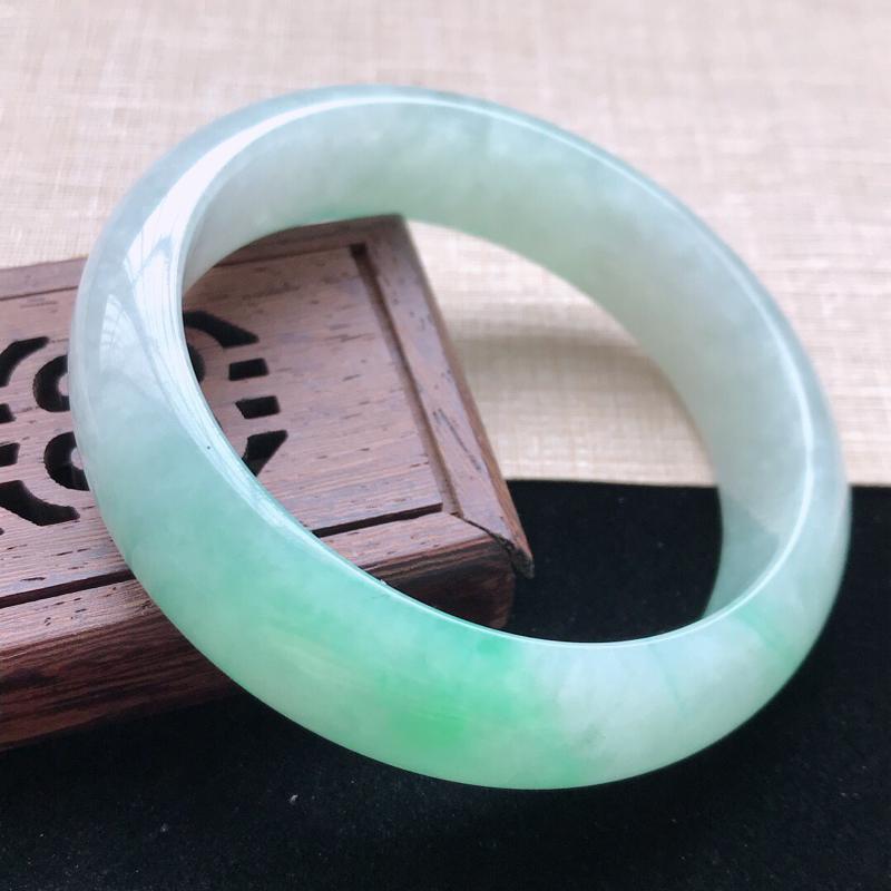 正圈:56.6。天然翡翠A货。老坑糯化种飘绿手镯。色泽鲜艳,佩戴高贵优雅。尺寸:56.6*15.5*