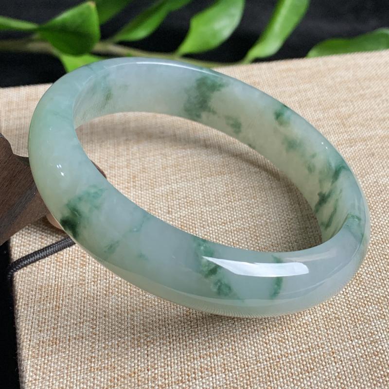 天然A货翡翠_飘绿花翡翠正圈手镯61.3mm,料子细腻,色彩迷人,水润秀气,条形宽厚大方,上手效果好
