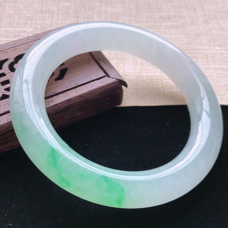 圆条:56.5。天然翡翠A货。老坑冰糯种飘绿圆条手镯。玉质莹润,佩戴高贵优雅。尺寸:56.5*11.